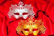 Карнавальная маска и новогодняя композиция